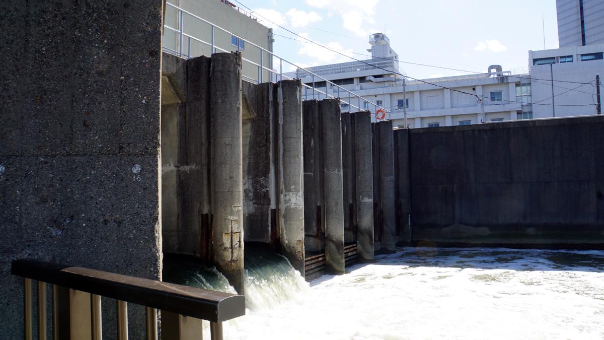 新川の西水門 荒川との合流地点