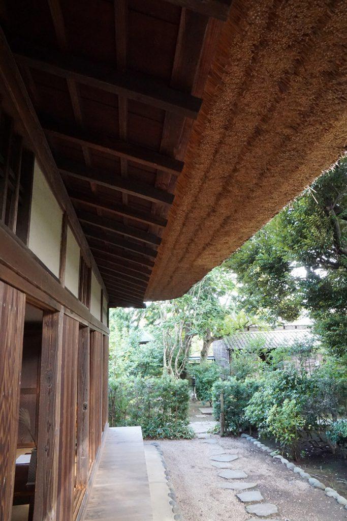 画像 一之江名主屋敷の茅葺屋根 下から見たところ