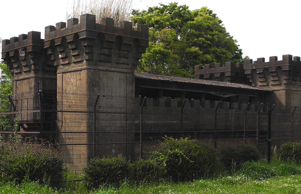 画像土に埋まった旧小松川閘門  大島・小松川公園