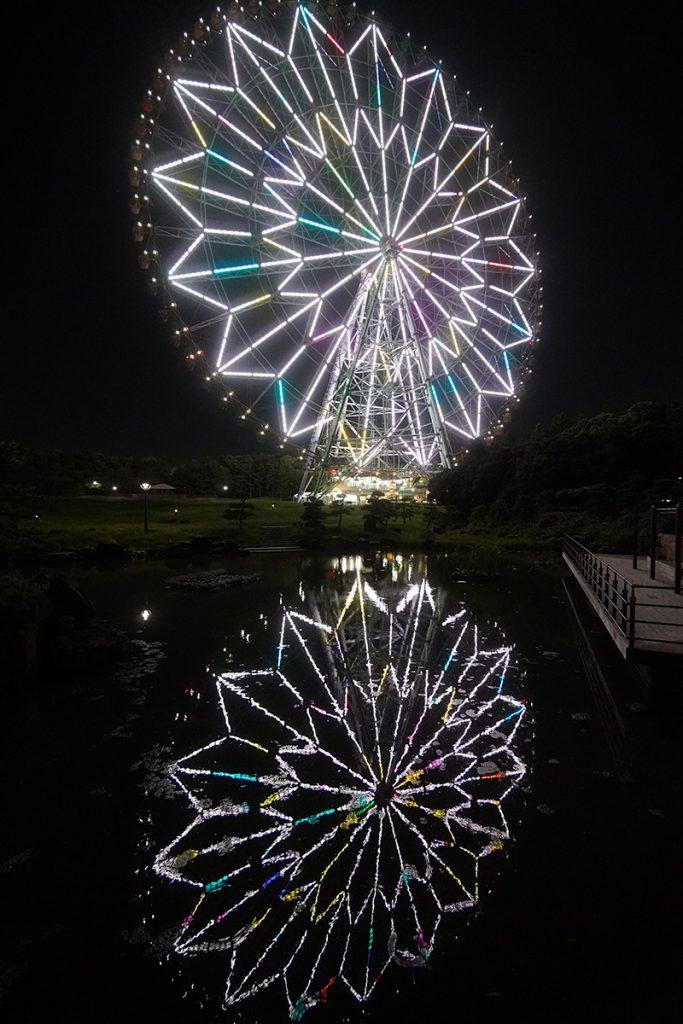 画像 池の水面に映る観覧車の光